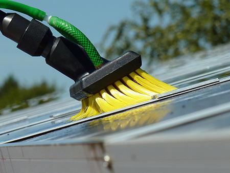 Brosse pour nettoyage panneaux solaires jaune unger for Brosse telescopique pour toiture